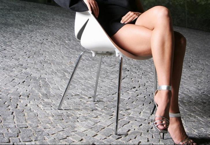 Девушка заводит ножками фото 742-633